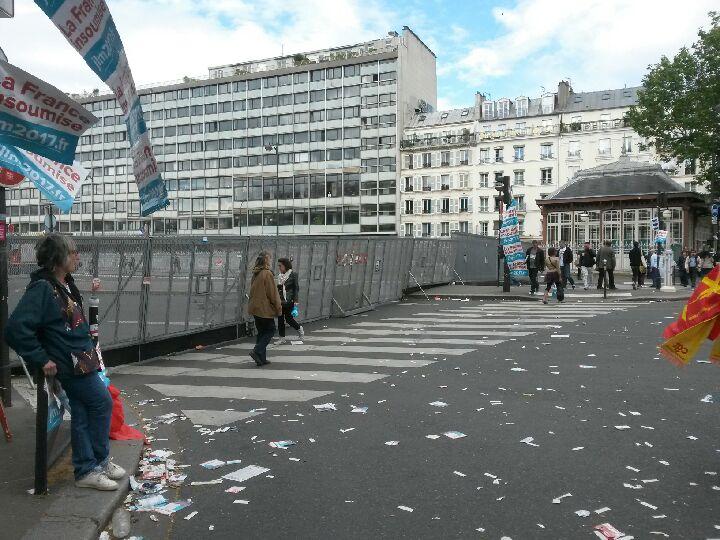 Boulevard St Michel Paris - Grilles déployées pour couper les ures et canaliser les manifestantEs